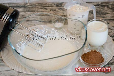 В глубокую чашку выложите сахарный песок, добавьте пару яиц. Взбейте массу миксером в течение 2 – 3 минут