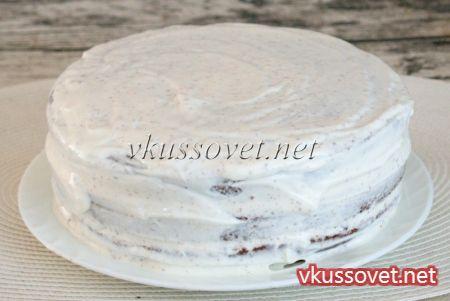 Обмажьте весь торт отложенным сметанным кремом (без чернослива), разровняйте.