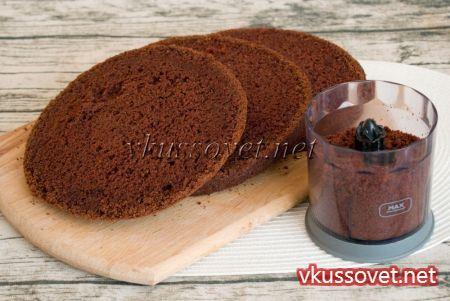 По истечении времени с настоявшегося бисквита срежьте ровно верхушку, а основную часть нарежьте на три коржа одинаковой толщины.