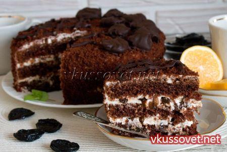 Торт с черносливом по-домашнему готов, можно подавать к столу с горячим чаем.