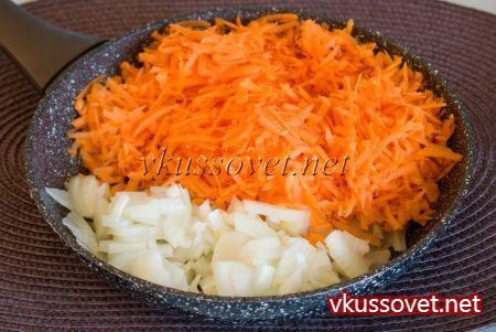 На раскаленную сковороду налейте пару ложек растительного масла, обжарьте овощи до готовности