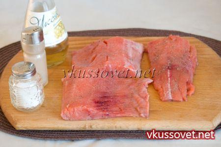 Подготовленные филейные части полейте столовым уксусом (винным, рисовым), приправьте солью и черным молотым перцем