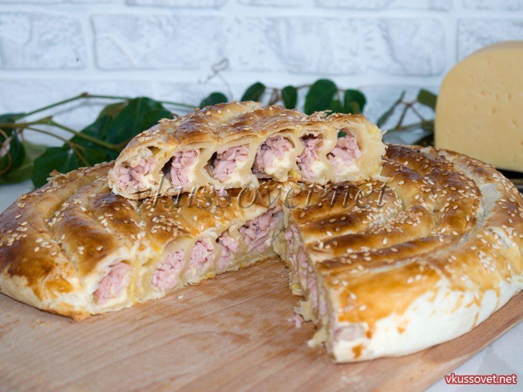 Улитка из слоеного теста с сыром и колбасой
