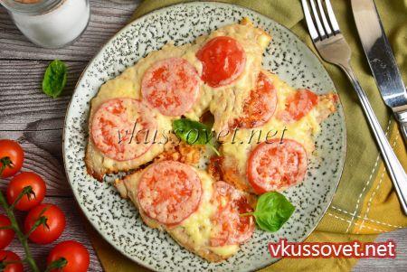 Отбивные из индейки с помидорами и сыром